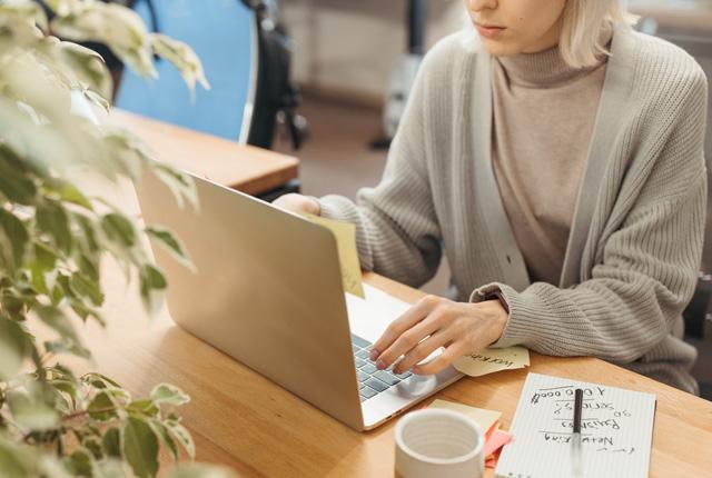 Una persona utiliza un ordenador